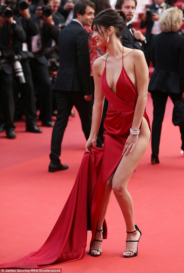 Lại diện váy xẻ ngút ngàn đến Cannes, và lần này Bella Hadid không tránh được tai nạn - Ảnh 7.