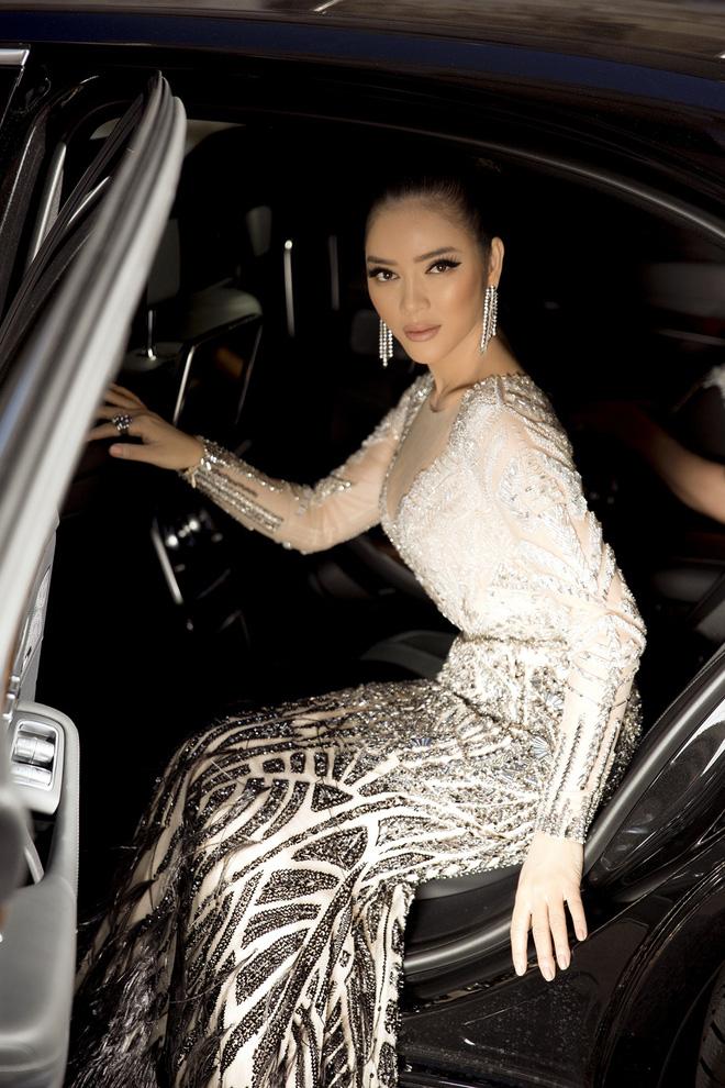 Diện thiết kế Việt, Lý Nhã Kỳ xuất sắc hóa Nữ hoàng Cleopatra trên thảm đỏ LHP Cannes ngày 4 - Ảnh 7.