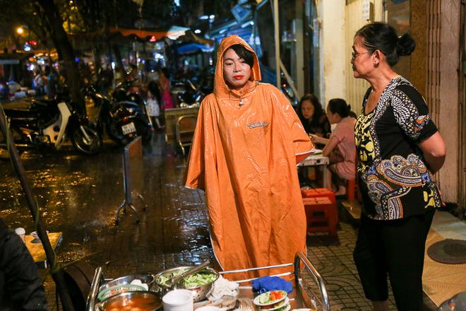 """Gần 100.000 đồng/đĩa nhưng cơm tấm bà Bảy """"lưỡi lam"""" 30 năm vẫn hút khách Sài Gòn mỗi đêm - Ảnh 7."""