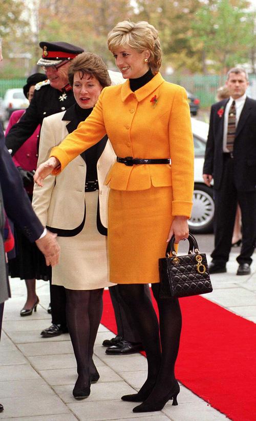 Công nương Diana: fashion icon hoàng gia duy nhất sở hữu đến 2 mẫu túi đình đám được đặt theo tên mình - Ảnh 7.