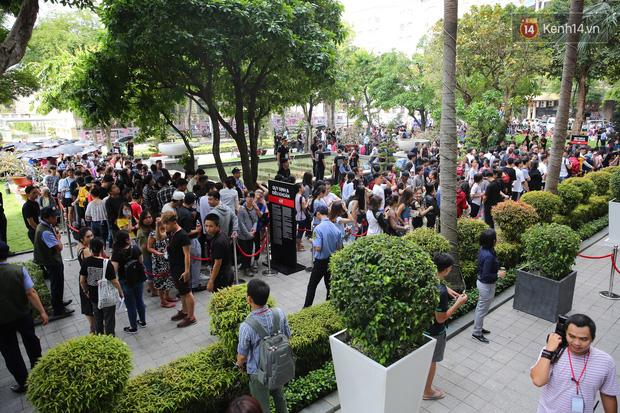H&M Việt Nam đã chính thức mở cửa đón khách, dân tình xếp hàng chờ vào mua ra tới tận ngoài đường - Ảnh 7.