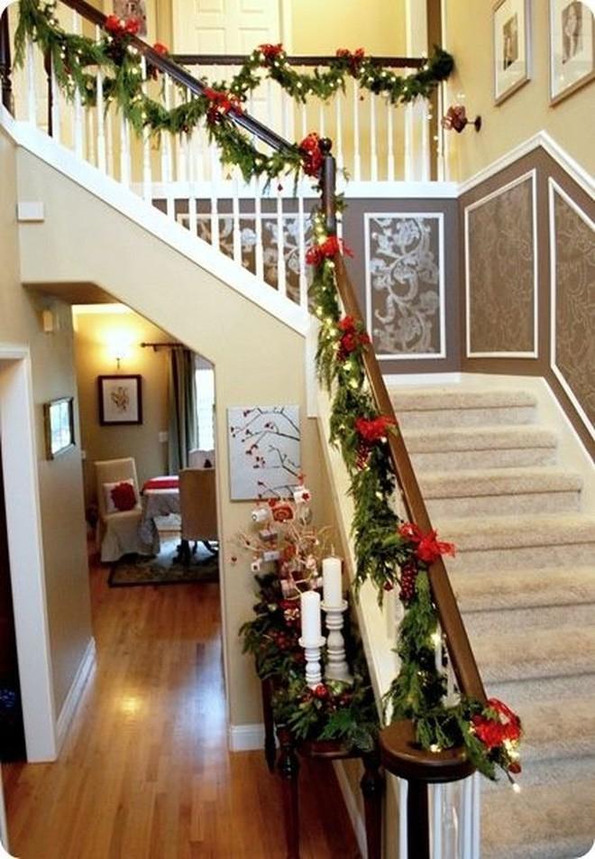Ý tưởng trang trí cầu thang đơn giản mà lung linh để đón Giáng sinh đang tới gần - Ảnh 7.