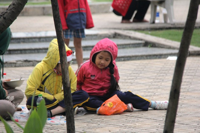 TP.HCM: Học sinh co ro, ngủ gục trên xe bố mẹ đi đến trường dưới thời tiết lạnh nhất năm 7