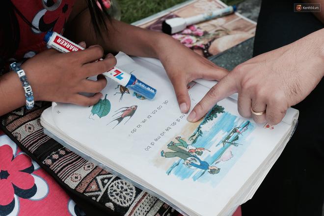 Anh nhân viên ngân hàng dành giờ nghỉ trưa mỗi ngày để dạy chữ cho cô bé vé số ngay trên vỉa hè Sài Gòn 8