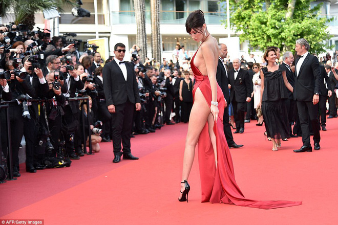 Lại diện váy xẻ ngút ngàn đến Cannes, và lần này Bella Hadid không tránh được tai nạn - Ảnh 8.