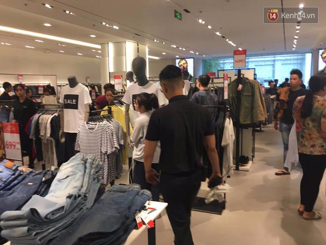 Store Zara ở Sài Gòn chật cứng người mua sắm trong ngày sale đầu tiên - Ảnh 9.