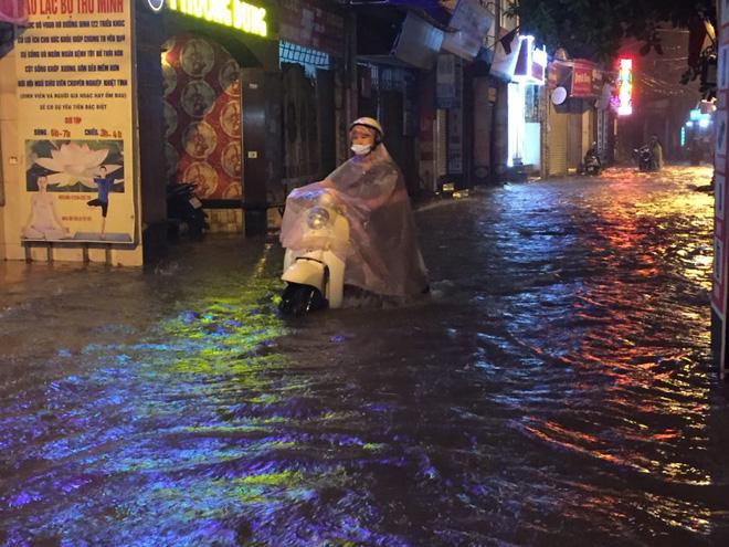 Mưa cực lớn, đường phố Hà Nội ngập úng nghiêm trọng lúc nửa đêm - Ảnh 20.