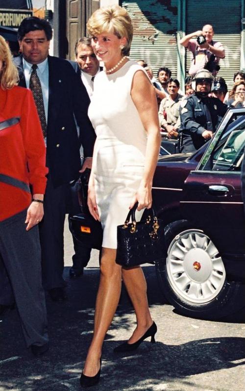 Công nương Diana: fashion icon hoàng gia duy nhất sở hữu đến 2 mẫu túi đình đám được đặt theo tên mình - Ảnh 8.