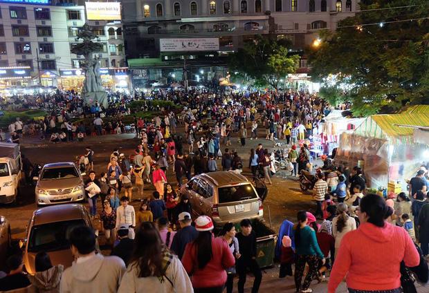 Chùm ảnh: Giới trẻ khắp mọi miền háo hức dạo phố đêm Quốc khánh 2/9 - ảnh 8