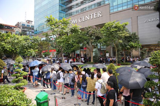 H&M Việt Nam đã chính thức mở cửa đón khách, dân tình xếp hàng chờ vào mua ra tới tận ngoài đường - Ảnh 8.