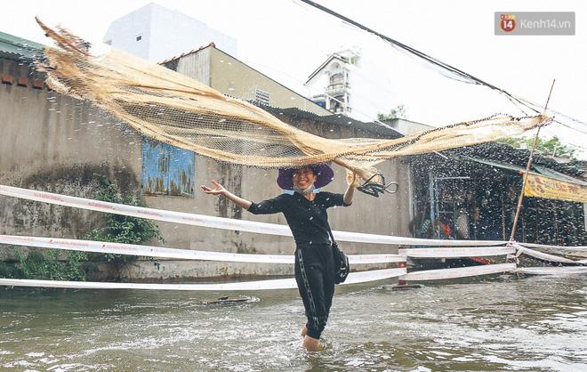 Cảnh tượng bi hài của người Sài Gòn sau những ngày mưa ngập: Sáng quăng lưới, tối thả cần câu bắt cá giữa đường - Ảnh 8.