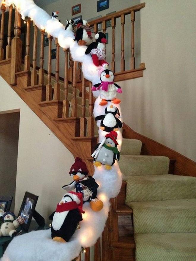 Ý tưởng trang trí cầu thang đơn giản mà lung linh để đón Giáng sinh đang tới gần - Ảnh 8.