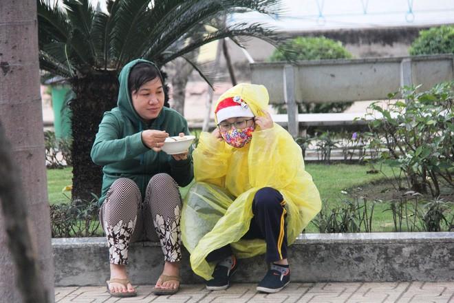 TP.HCM: Học sinh co ro, ngủ gục trên xe bố mẹ đi đến trường dưới thời tiết lạnh nhất năm 8