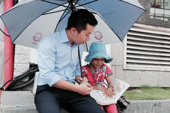Anh nhân viên ngân hàng dành giờ nghỉ trưa mỗi ngày để dạy chữ cho cô bé vé số ngay trên vỉa hè Sài Gòn 9