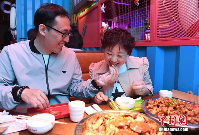 Bị chồng bỏ, bà mẹ đơn thân quyết tâm vứt bỏ 121kg mỡ thừa và cái kết không thể ngọt ngào hơn - Ảnh 9.
