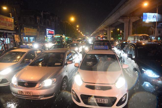 Mưa lớn trút xuống vào giờ tan tầm, ô tô xếp hàng dài trên đường phố Hà Nội - Ảnh 10.