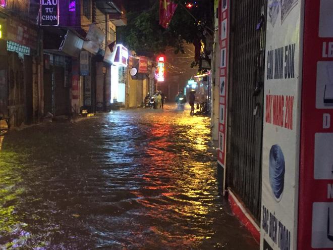 Mưa cực lớn, đường phố Hà Nội ngập úng nghiêm trọng lúc nửa đêm - Ảnh 21.