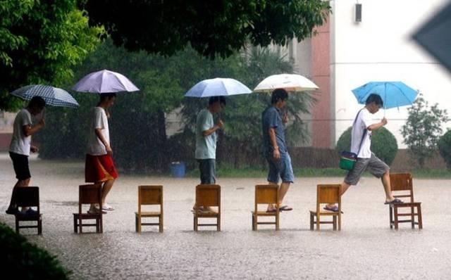 Loạt ảnh các dân chơi trời bão: Mưa gió cũng không làm nhụt chí ra ngoài đường - ảnh 9