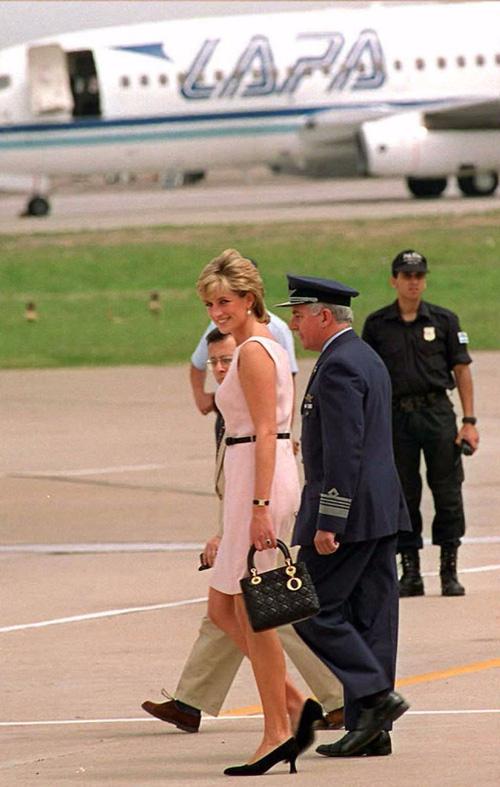 Công nương Diana: fashion icon hoàng gia duy nhất sở hữu đến 2 mẫu túi đình đám được đặt theo tên mình - Ảnh 9.