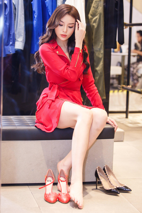 Hoa hậu Kỳ Duyên phủ đầy hàng hiệu thử đồ dự show Moschino tại Milan Fashion Week - Ảnh 9.