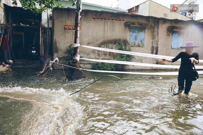 Cảnh tượng bi hài của người Sài Gòn sau những ngày mưa ngập: Sáng quăng lưới, tối thả cần câu bắt cá giữa đường - Ảnh 9.