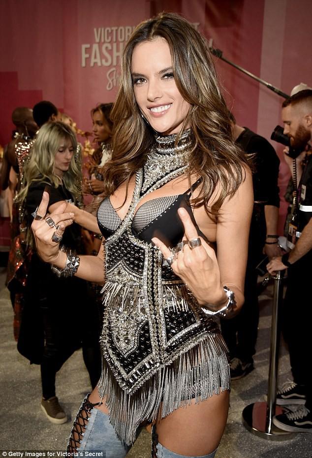 Alessandra Ambrosio chính thức giải nghệ sàn diễn Victorias Secret, giã từ cánh thiên thần sau 14 năm gắn bó - Ảnh 9.