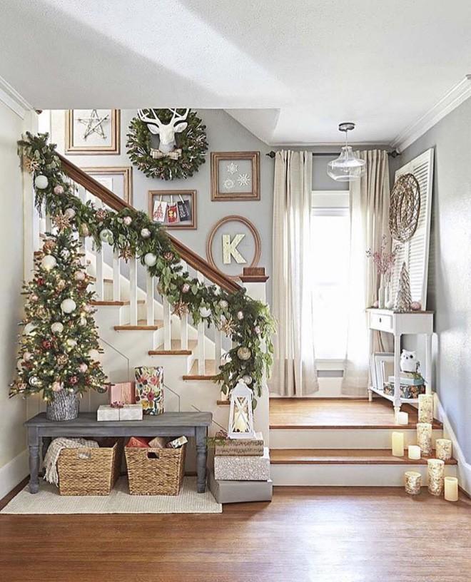 Ý tưởng trang trí cầu thang đơn giản mà lung linh để đón Giáng sinh đang tới gần - Ảnh 9.