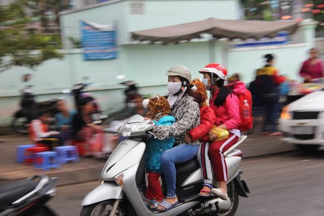 TP.HCM: Học sinh co ro, ngủ gục trên xe bố mẹ đi đến trường dưới thời tiết lạnh nhất năm 9