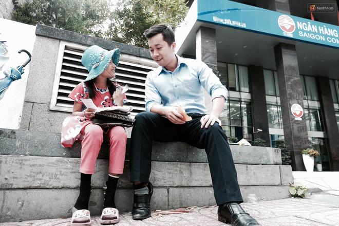 Anh nhân viên ngân hàng dành giờ nghỉ trưa mỗi ngày để dạy chữ cho cô bé vé số ngay trên vỉa hè Sài Gòn 10