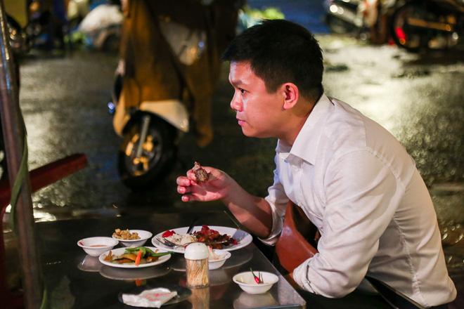 """Gần 100.000 đồng/đĩa nhưng cơm tấm bà Bảy """"lưỡi lam"""" 30 năm vẫn hút khách Sài Gòn mỗi đêm - Ảnh 10."""