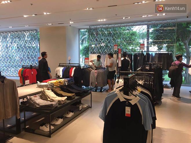 Store Zara ở Sài Gòn chật cứng người mua sắm trong ngày sale đầu tiên - Ảnh 11.