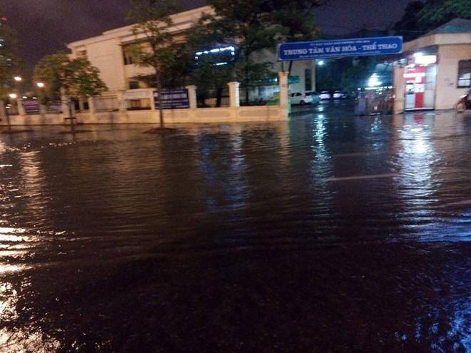 Mưa cực lớn, đường phố Hà Nội ngập úng nghiêm trọng lúc nửa đêm - Ảnh 22.