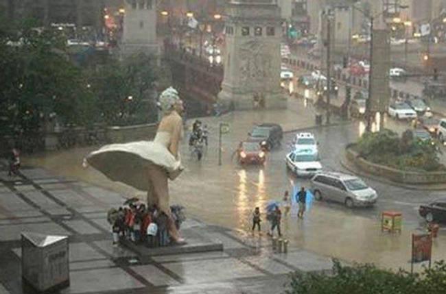 Loạt ảnh các dân chơi trời bão: Mưa gió cũng không làm nhụt chí ra ngoài đường - ảnh 10