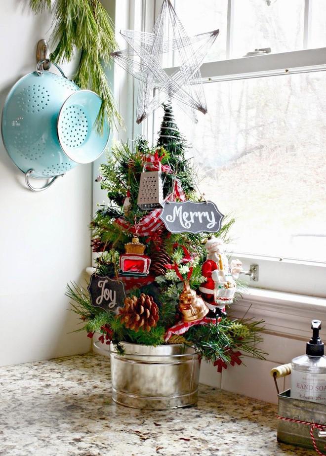 17 ý tưởng trang trí cây thông Noel mini đẹp, độc, lạ dành riêng cho nhà nhỏ  - Ảnh 9.