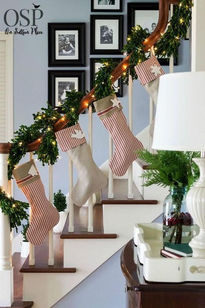 Ý tưởng trang trí cầu thang đơn giản mà lung linh để đón Giáng sinh đang tới gần - Ảnh 10.