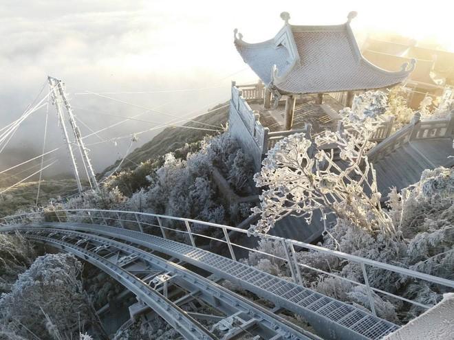 Đỉnh Fansipan trắng xóa băng tuyết khi nhiệt độ trong đêm giảm xuống -7 độ C - Ảnh 10.