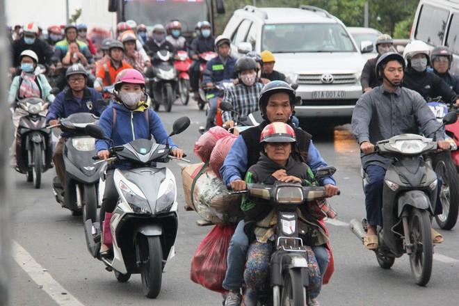 TP.HCM: Học sinh co ro, ngủ gục trên xe bố mẹ đi đến trường dưới thời tiết lạnh nhất năm 10