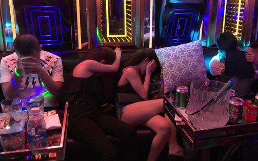 Đột kích quán karaoke ở Sài Gòn phát hiện nhiều nam nữ dương tính với ma túy đang bay lắc