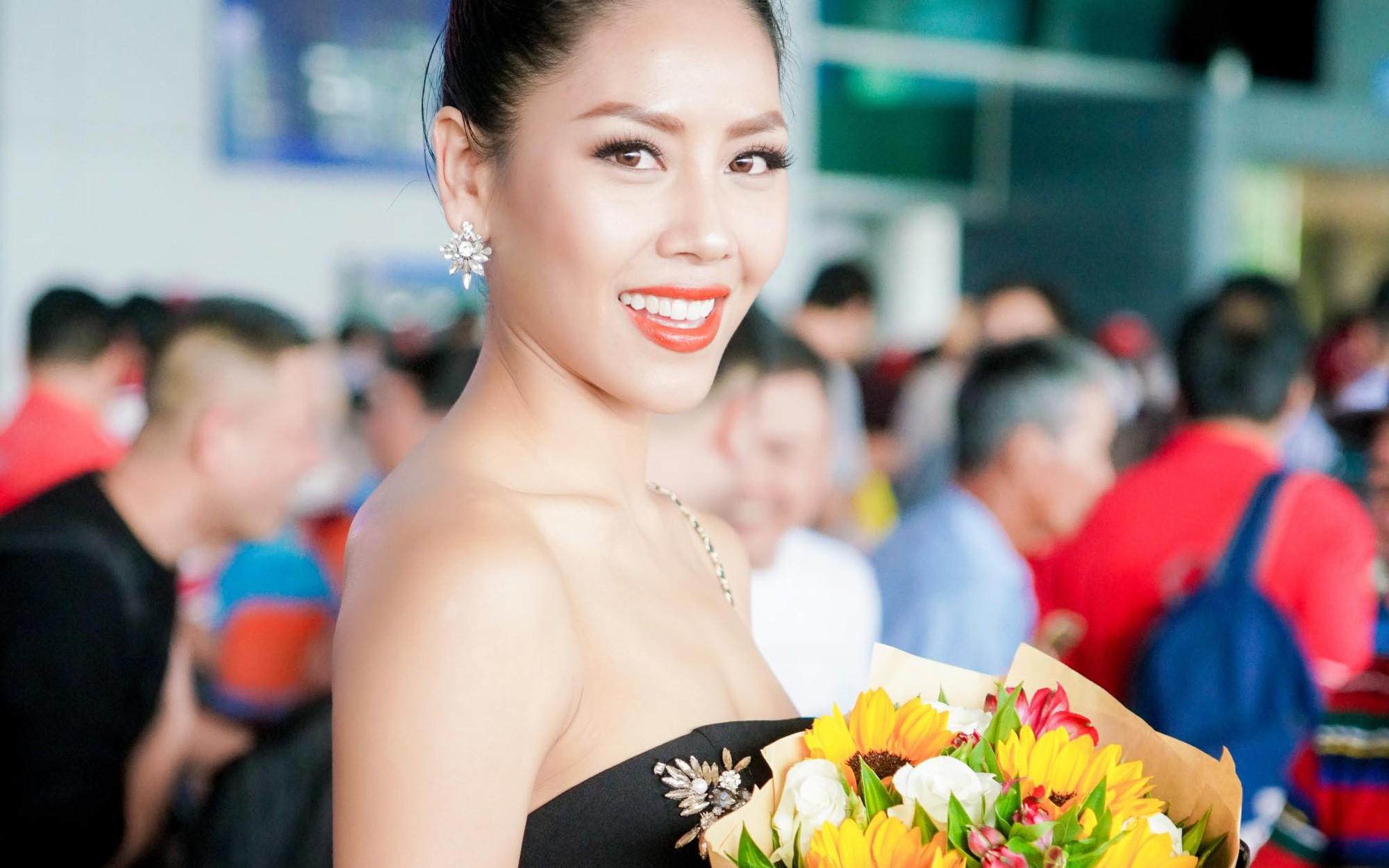 Á hậu Nguyễn Thị Loan diện váy quây gợi cảm trở về nước sau cuộc thi Miss Universe 2017