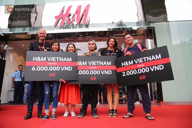 H&M Việt Nam đã chính thức mở cửa đón khách, dân tình xếp hàng chờ vào mua ra tới tận ngoài đường - Ảnh 12.