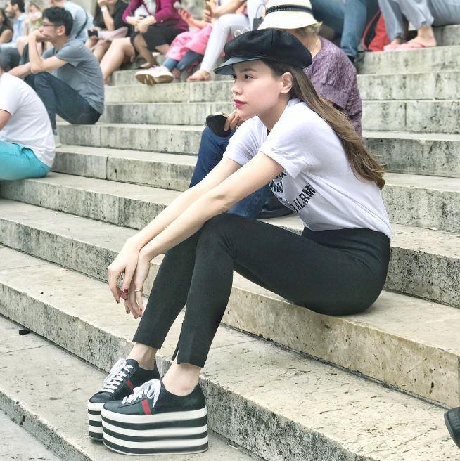 Sau đôi sneaker 20cm, Hà Hồ lại tiếp tục sắm thêm đôi sandal lóng lánh nhìn lóa hết cả mắt - Ảnh 1.