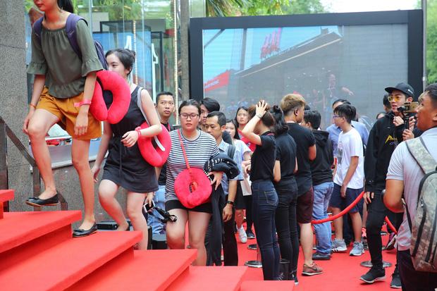 H&M Việt Nam đã chính thức mở cửa đón khách, dân tình xếp hàng chờ vào mua ra tới tận ngoài đường - Ảnh 22.