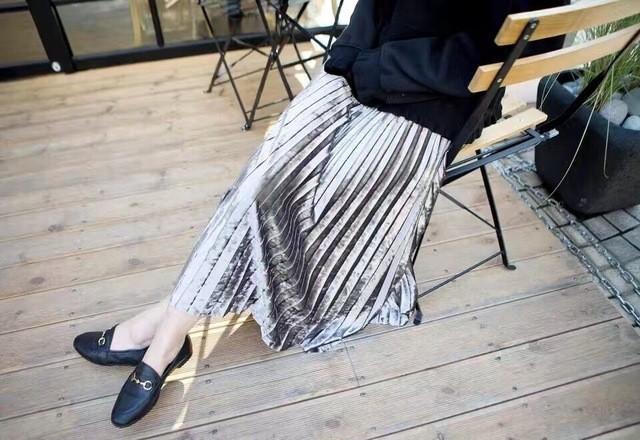 Tỏa sáng rạng ngời xuống phố hai ngày cuối cùng của năm với những thiết kế chân váy ánh kim siêu bắt mắt - Ảnh 12.