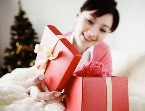 Những món quà mùng 8/3 khóc không ra nước mắt của chồng tôi - Ảnh 2.