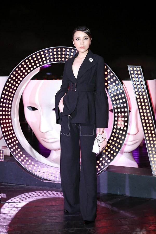 Không ngờ các người đẹp Việt lại có cách diện suit táo bạo như thế này - Ảnh 3.