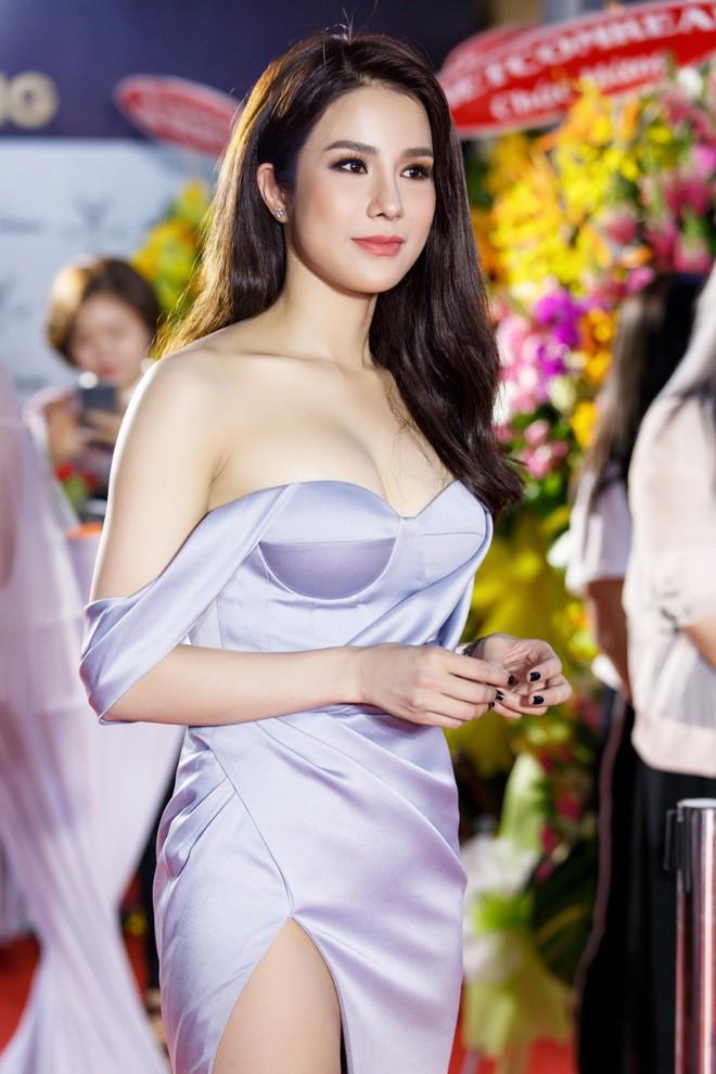 Diện váy áo hàng hiệu, khoe dáng nóng bỏng đón tài tử So Ji Sub, nhưng nhìn Diệp Lâm Anh cứ sai thế nào - Ảnh 4.