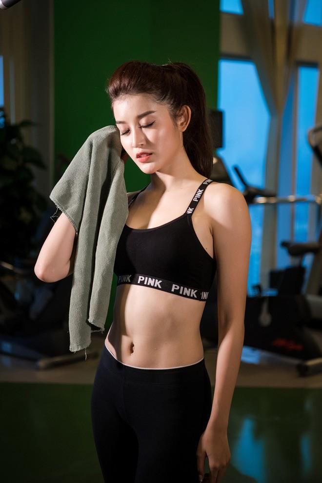Chiêu đứng tạo dáng gợi cảm đã xưa rồi, giờ sao Việt toàn tranh thủ các động tác tập gym hay yoga để khoe body sexy - Ảnh 11.