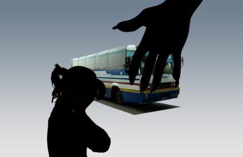 Thiếu nữ bị cưỡng hiếp tập thể trên xe buýt, tài xế và người xung quanh thờ ơ gây phẫn nộ - Ảnh 1.