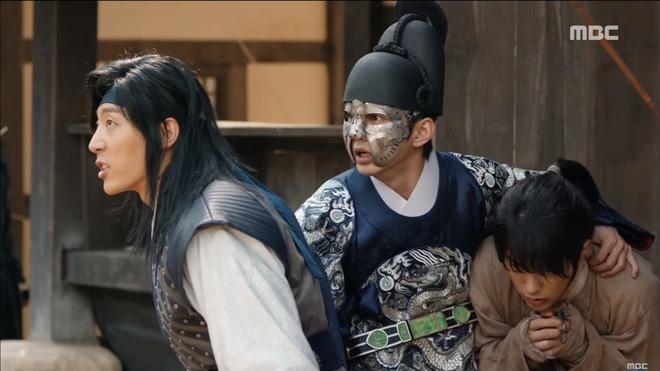 Mặt nạ quân chủ tập 3: Kim So Hyun đau đớn nhìn người yêu chém đầu cha mình - Ảnh 1.