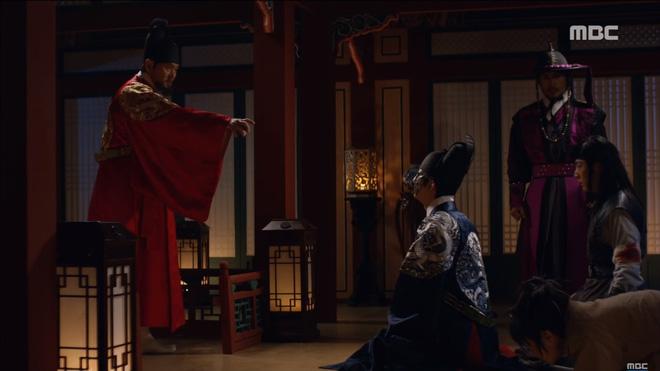 Mặt nạ quân chủ tập 3: Kim So Hyun đau đớn nhìn người yêu chém đầu cha mình - Ảnh 2.
